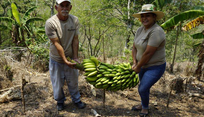 coffee_farmers_holding_bananas